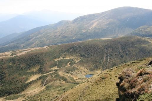 Вид с вершины горы Жандарм (1763м) на озеро Ивор
