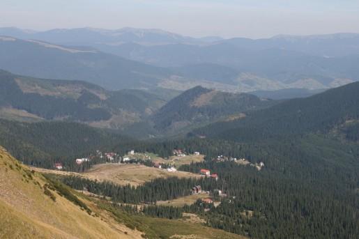 Вид на горнолыжный курорт Драгобрат (1400м) с вершины горы Жандарм (1763м)