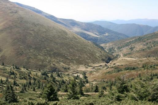 Вид на северо-западный склон горы Жандарм (1763м) по дороге к озеру Догяска