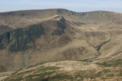 Вид на гору Догяска (1761м). Во впадине в правой верхней части фотографии лежит озеро Догяска.