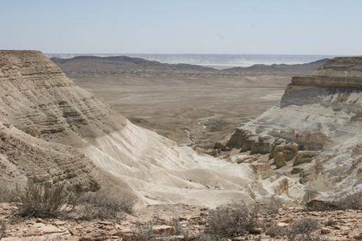 Один из оврагов на севере впадины Карын-Жарык