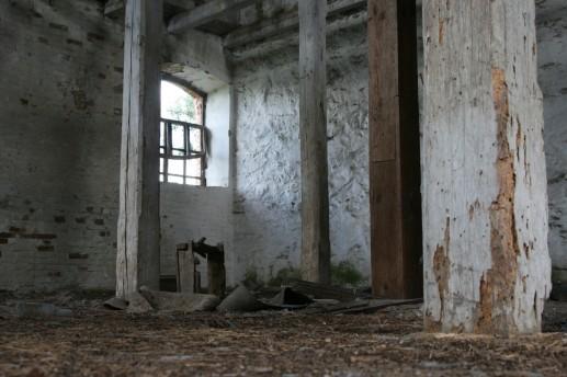 Внутри недавно заброшенной мельницы