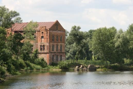 Водяная мельница над рекой