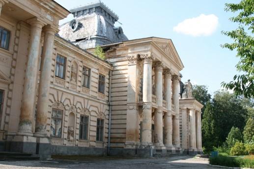 Дворец графа Бадени, видны следы разрушения кирпичной кладки