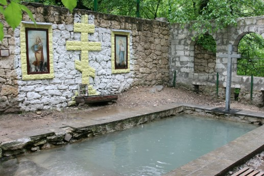 Купальня у скального монастыря
